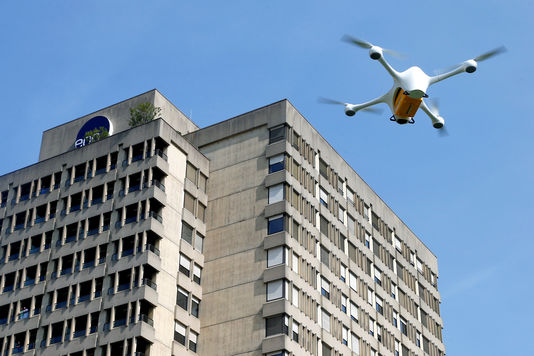 L'essor des livraisons par drone (ici une expérimentation réalisée par la sociétéMatternet pour le compte de la Poste suisse, à Lugano) pose la question de l'identification des appareils sans pilote.